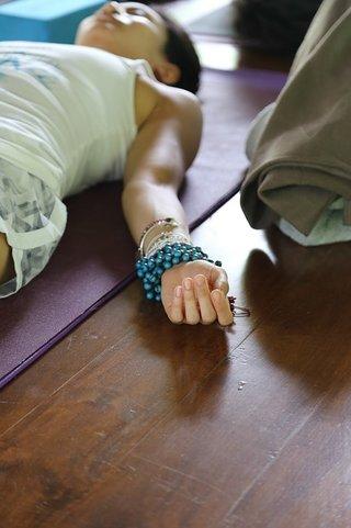 meisje op yoga mat